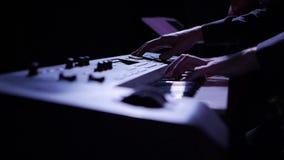 Ένας μουσικός παίζει το ηλεκτρονικό πιάνο φιλμ μικρού μήκους
