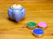 ένας μπλε κεραμικός κάτοχος κεριών μορφής ελεφάντων και κάποιο αρωματικό ασβέστιο Στοκ Εικόνα