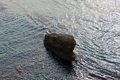 Ένας μόνος βράχος στην αδριατική θάλασσα (Μαυροβούνιο, χειμώνας) Στοκ φωτογραφία με δικαίωμα ελεύθερης χρήσης