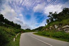 Ένας μόνος δρόμος κάτω από το μπλε ουρανό Στοκ εικόνα με δικαίωμα ελεύθερης χρήσης