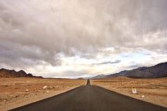 Ένας μόνος δρόμος στο θαυμάσιο τοπίο Ladakh, Ινδία Στοκ φωτογραφία με δικαίωμα ελεύθερης χρήσης