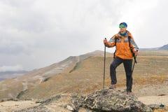 Ένας μόνος τουρίστας απολαμβάνει τα τοπία υψηλά στα βουνά όπου δεν υπάρχει καμία χλόη του χωριού και του χιονιού Στοκ φωτογραφία με δικαίωμα ελεύθερης χρήσης