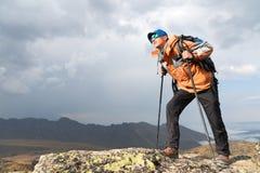 Ένας μόνος τουρίστας απολαμβάνει τα τοπία υψηλά στα βουνά όπου δεν υπάρχει καμία χλόη του χωριού και του χιονιού Στοκ εικόνα με δικαίωμα ελεύθερης χρήσης