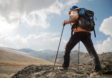 Ένας μόνος τουρίστας απολαμβάνει τα τοπία υψηλά στα βουνά όπου δεν υπάρχει καμία χλόη του χωριού και του χιονιού Στοκ εικόνες με δικαίωμα ελεύθερης χρήσης