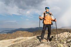 Ένας μόνος τουρίστας απολαμβάνει τα τοπία υψηλά στα βουνά όπου δεν υπάρχει καμία χλόη του χωριού και του χιονιού Στοκ Φωτογραφίες