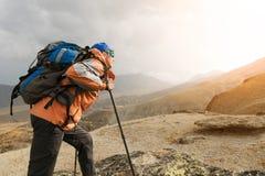 Ένας μόνος τουρίστας απολαμβάνει τα τοπία υψηλά στα βουνά όπου δεν υπάρχει καμία χλόη του χωριού και του χιονιού Στοκ Φωτογραφία