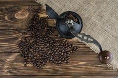 Ένας μύλος καφέ σε ένα ξύλινο υπόβαθρο Στοκ εικόνα με δικαίωμα ελεύθερης χρήσης