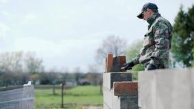Ένας νέος άτομο-οικοδόμος βάζει μια λύση για τα τούβλα απόθεμα βίντεο