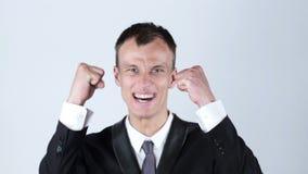 Ένας νέος αρσενικός εκτελεστικός επιχειρηματίας οπλίζει αυξημένος ενθαρρυντικός να φωνάξει εορτασμού απόθεμα βίντεο