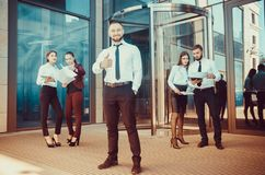 Ένας νέος αρσενικός επιχειρηματίας απολαμβάνει μια επιτυχή διαπραγμάτευση στο BA Στοκ εικόνα με δικαίωμα ελεύθερης χρήσης