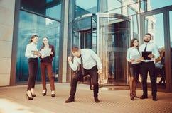 Ένας νέος αρσενικός επιχειρηματίας απολαμβάνει μια επιτυχή διαπραγμάτευση στο BA Στοκ φωτογραφία με δικαίωμα ελεύθερης χρήσης