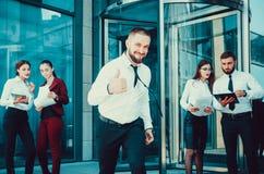 Ένας νέος αρσενικός επιχειρηματίας απολαμβάνει μια επιτυχή διαπραγμάτευση στο BA Στοκ φωτογραφίες με δικαίωμα ελεύθερης χρήσης