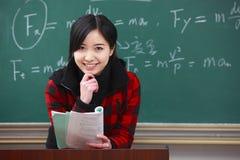 Ένας νέος ασιατικός θηλυκός δάσκαλος στην τάξη στοκ φωτογραφίες