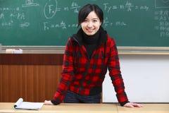Ένας νέος ασιατικός θηλυκός δάσκαλος στην τάξη στοκ εικόνες με δικαίωμα ελεύθερης χρήσης