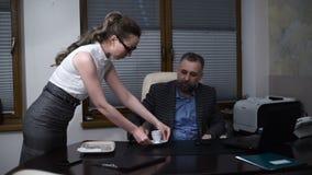 Ένας νέος γραμματέας φέρνει τον καφέ στον προϊστάμενο προσωπικό υπηρεσιών Έννοια του χρόνου καφέ και του χρόνου για ένα σπάσιμο απόθεμα βίντεο