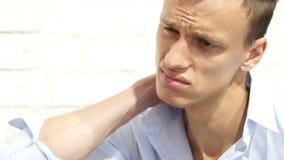 Ένας νέος επιχειρηματίας πάσχει από τον πόνο στο λαιμό του φιλμ μικρού μήκους