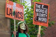 Ένας νέος διαμαρτυρόμενος με μια μάσκα επάνω στις διαμαρτυρίες αντι-Fracking στο Preston Στοκ Εικόνα