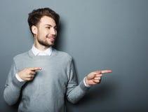 Ένας νέος και όμορφος επιχειρηματίας που δείχνει επάνω με το δάχτυλό του Στοκ Φωτογραφίες