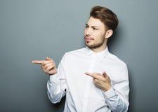 Ένας νέος και όμορφος επιχειρηματίας που δείχνει επάνω με το δάχτυλό του Στοκ εικόνα με δικαίωμα ελεύθερης χρήσης