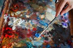 Ένας νέος καλλιτέχνης γυναικών χρωματίζει μια ελαιογραφία easel στοκ φωτογραφία με δικαίωμα ελεύθερης χρήσης