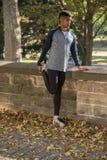 Ένας νέος μαύρος τεντώνει για να προετοιμαστεί για ένα τρέξιμο Στοκ εικόνες με δικαίωμα ελεύθερης χρήσης