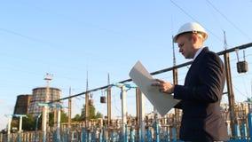 Ένας νέος μηχανικός εξετάζει ένα διάγραμμα σχεδίων σε ένα κλίμα εγκαταστάσεων παραγωγής ενέργειας απόθεμα βίντεο