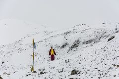 Ένας νέος μοναχός στο χιονώδες πέρασμα Λα Thorong στις 7 Απριλίου 2018, στο τ στοκ φωτογραφία με δικαίωμα ελεύθερης χρήσης