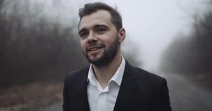 Ένας νέος νεόνυμφος πηγαίνει στο δρόμο με την ομίχλη και την καλή διάθεση 4K απόθεμα βίντεο