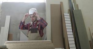 Ένας νέος ξυλουργός παίρνει έτοιμος για την εργασία απόθεμα βίντεο