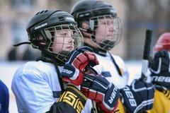 Ένας νέος παίκτης χόκεϋ σε ένα μοντέρνο κράνος στοκ εικόνα με δικαίωμα ελεύθερης χρήσης
