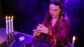 Ένας νέος τσιγγάνος με τα κεριά στον καπνό οδηγεί τις κάρτες πέρα από τη σφαίρα καθρεφτών φιλμ μικρού μήκους