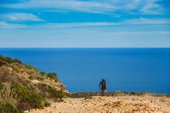 Ένας νέος τύπος που οδηγά ένα ποδήλατο βουνών σε μια διαδρομή ποδηλάτων στην Ισπανία στο δρόμο στα πλαίσια της Μεσογείου Στοκ Εικόνες