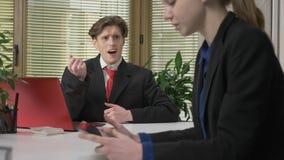 Ένας νέος τύπος σε ένα κοστούμι φλερτάρει με ένα κορίτσι στο γραφείο, της δίνει την καρδιά του, η έννοια της αγάπης, χιούμορ Εργα φιλμ μικρού μήκους