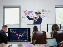 Ένας νέος τύπος στο γραφείο εξετάζει τα εικονικά γυαλιά στοκ φωτογραφίες με δικαίωμα ελεύθερης χρήσης