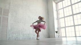 Ένας νέος χορευτής μπαλέτου σε ένα κλασικό tutu και pointe τους χορούς παπουτσιών και περιστροφές tiptoe κίνηση αργή απόθεμα βίντεο