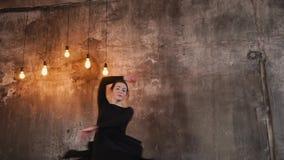 Ένας νέος χορευτής χορεύεται σε έναν ελεύθερο χορό ύφους, φαίνεται ευτυχής απόθεμα βίντεο