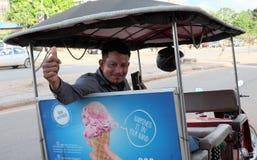 Ένας νέος Khmer ταξιτζής προσκαλεί τους τουρίστες για να εκμεταλλευτεί τις υπηρεσίες του Ο οδηγός στοκ φωτογραφίες με δικαίωμα ελεύθερης χρήσης