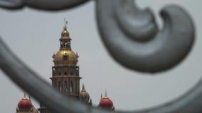 Ένας ναός που βλέπει ινδικός από πίσω από έναν φράκτη απόθεμα βίντεο