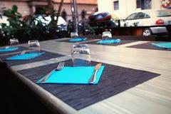 Ένας να δειπνήσει πίνακας για μια μεγάλη επιχείρηση Στοκ Εικόνες