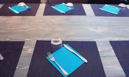 Ένας να δειπνήσει πίνακας για μια μεγάλη επιχείρηση Στοκ Φωτογραφία
