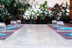 Ένας να δειπνήσει πίνακας για μια μεγάλη επιχείρηση Στοκ φωτογραφίες με δικαίωμα ελεύθερης χρήσης