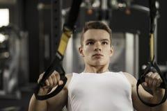 Ένας νεαρός άνδρας ασκεί στη γυμναστική στοκ εικόνα με δικαίωμα ελεύθερης χρήσης