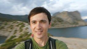 Ένας νεαρός άνδρας κάνει ένα βίντεο selfie στη φύση απόθεμα βίντεο