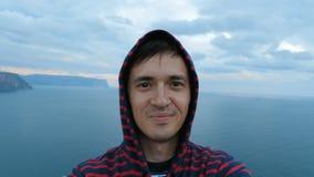 Ένας νεαρός άνδρας κάνει ένα βίντεο selfie στη φύση φιλμ μικρού μήκους