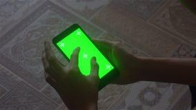 Ένας νεαρός άνδρας και ένα πράσινο smartphone οθόνης φιλμ μικρού μήκους
