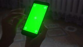 Ένας νεαρός άνδρας και ένα πράσινο smartphone οθόνης απόθεμα βίντεο