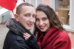 Ένας νεαρός άνδρας και μια νέα γυναίκα με τα κόκκινα εξαρτήματα α Στοκ φωτογραφία με δικαίωμα ελεύθερης χρήσης