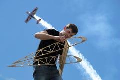 Ένας νεαρός άνδρας κρατά τα πλευρά φτερών Στοκ Εικόνες