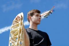 Ένας νεαρός άνδρας κρατά τα πλευρά φτερών Στοκ φωτογραφίες με δικαίωμα ελεύθερης χρήσης