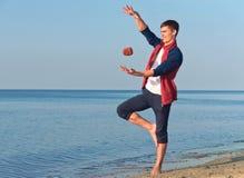 Ένας νεαρός άνδρας με μια πέτρα, μετεωρισμός, ένας νεαρός άνδρας ρίχνει τις πέτρες Στοκ Φωτογραφία